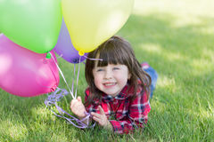 Kleines Mädchen mit Ballonen, stockbild