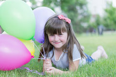 Kleines Mädchen mit Ballonen stockbild