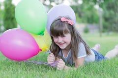 Kleines Mädchen mit Ballonen, stockbilder
