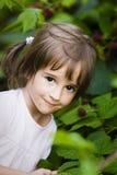 Kleines Mädchen mit Beeren Stockfoto