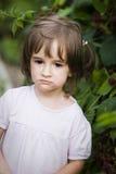 Kleines Mädchen mit Beeren Lizenzfreie Stockfotos