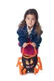 Kleines Mädchen mit betrügen-oder-behandeln Beutel stockfotografie