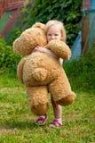 Kleines Mädchen mit Big Bear Stockfotos