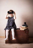 Kleines Mädchen mit Binokeln Lizenzfreie Stockfotos