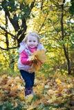 Kleines Mädchen mit Blättern Stockbild