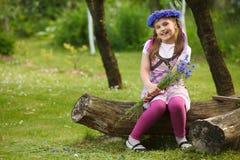Kleines Mädchen mit blauem Chaplet Stockbild