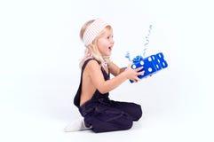 Kleines Mädchen mit blauem Geschenk stockbilder