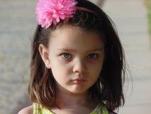 Kleines Mädchen mit blauen Augen. Stockfoto
