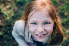 Kleines Mädchen mit blauen Augen stockbild