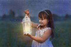 Kleines Mädchen mit Blitz Stockfoto