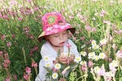 Kleines Mädchen mit Blumen Stockfoto