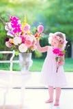Kleines Mädchen mit Blumen Stockbilder