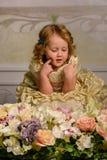 Kleines Mädchen mit Blumen Lizenzfreie Stockfotos