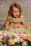 Kleines Mädchen mit Blumen Lizenzfreies Stockfoto
