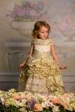 Kleines Mädchen mit Blumen Lizenzfreie Stockfotografie