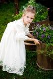 Kleines Mädchen mit Blumen Stockfotografie