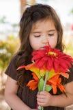 Kleines Mädchen mit Blumen Stockbild