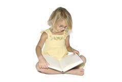 Kleines Mädchen mit Buch Stockbild