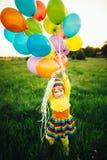 Kleines Mädchen mit bunten Ballonen Lizenzfreie Stockfotos