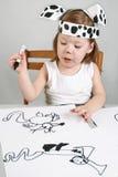 Kleines Mädchen mit dalmatinischer Schablone Stockfoto