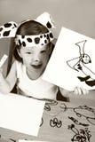 Kleines Mädchen mit dalmatinischer Schablone Stockfotografie