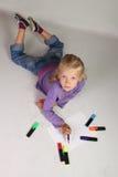 Kleines Mädchen mit dem blonden Haar zeichnet Lizenzfreies Stockfoto