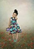 Kleines Mädchen mit dem Blumenstrauß von Blumen Stockfotografie
