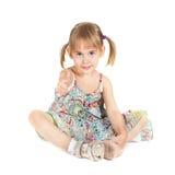 Kleines Mädchen mit dem Daumen oben auf weißem Hintergrund Lizenzfreie Stockbilder