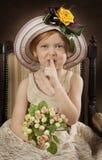 Kleines Mädchen mit dem Finger auf Lippen Stockfoto