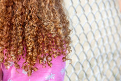 Kleines Mädchen mit dem gelockten roten Haar Stockfotografie