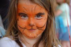 Kleines Mädchen mit dem Gesicht gemalt als Tiger lizenzfreie stockfotos