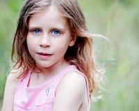 Kleines Mädchen mit dem Schlaghaar Lizenzfreie Stockbilder