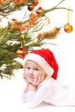 Kleines Mädchen mit dem Weihnachtsbaum getrennt auf Weiß Lizenzfreies Stockfoto