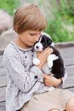 Kleines Mädchen mit dem Welpen stockbilder