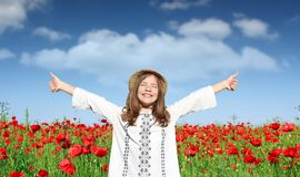 Kleines Mädchen mit den Daumen genießen oben in der Natur Lizenzfreie Stockfotos