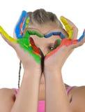 Kleines Mädchen mit den gemalten Händen. Lizenzfreies Stockfoto