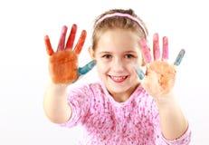 Kleines Mädchen mit den gemalten Händen Lizenzfreie Stockfotografie