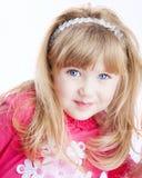 Kleines Mädchen mit den großen blauen Augen, die Kamera betrachten Lizenzfreies Stockfoto
