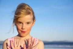 Kleines Mädchen mit den Händen oben lizenzfreies stockfoto