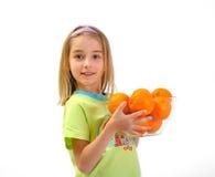 Kleines Mädchen mit den Orangen getrennt auf Weiß Lizenzfreies Stockbild