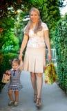 Kleines Mädchen mit der Mutter, die Geschenk hält Lizenzfreies Stockbild