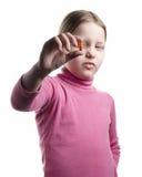 Kleines Mädchen mit der orange Pille getrennt auf Weiß Lizenzfreies Stockfoto