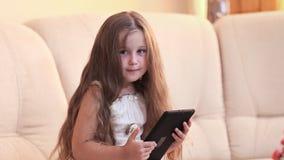 Kleines Mädchen mit der Tablette stock video footage