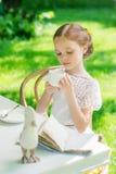 Kleines Mädchen mit der weißen Schale im Freien Stockfoto