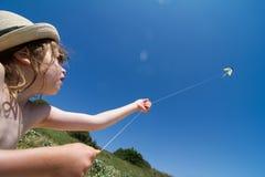 Kleines Mädchen mit Drachen Lizenzfreie Stockfotografie