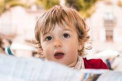Kleines Mädchen mit einem überraschten Blick auf ihrem Gesicht Stockfoto