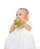 Kleines Mädchen mit einem Apfel Stockfoto