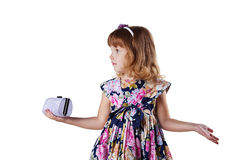 Kleines Mädchen mit einem Beutel in den Händen Lizenzfreie Stockbilder