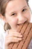 Kleines Mädchen mit einem Block der Schokolade Lizenzfreie Stockbilder