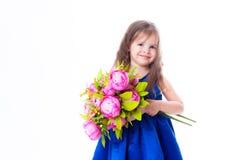 Kleines Mädchen mit einem Blumenstrauß der Blumen Lizenzfreie Stockbilder